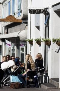 Sobald die Sonne scheint wird auch im Mokka die Straße zur Café-Terasse, ©Sabine Burger, Alexander Schwarz, 2012-05-03__MG_6886_00044