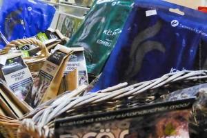 Getrocknete Algen gibts im Supermarkt, aber am Wochenende auch im Kolaportið, ©Sabine Burger, Alexander Schwarz, 2014-01-18_P1000311_00061
