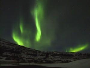 Das Nordlicht lodert wie grüne Flammen über den Berg. ©Sabine Burger, Alexander Schwarz, Island - Iceland 2008 03