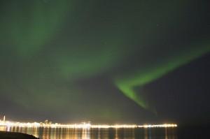 Nordlicht (Auror borealis) über Reykjavík. Gans links thront die Hallgrimskirkja über der Stadt. Anstelle der Baukrane steht heute die Harpa an dieser Stelle. ©Sabine Burger, Alexander Schwarz, IMG_3112__2010-02-17_00-52-45_aA