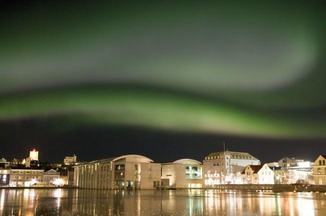 Nordlicht (Aurea borealis) über dem Ráðhúsið, dem Rathaus Reykjavíks ©Sabine Burger, Alexander Schwarz, 2010-02-18_7_IMG_3282 - Arbeitskopie 2__2010-02-18_00-49-40_aA_00020