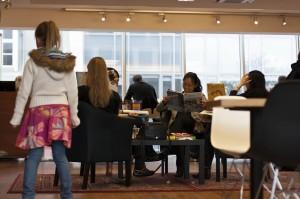 Auch auf ein Pläuschchen mit einem Gegenüber oder über Wifi, zum Zeitschriften durchblättern und auf einen Kaffee ist Eymundsson ein gut frequentierter Ort. ©Sabine Burger, Alexander Schwarz, 2011-05-28__MG_0010_00004