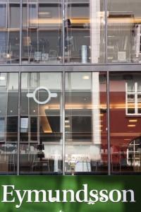 Wer seine Ansichtskarten elektronisch verschickt: Auf den zwei oberen Stockwerken gibt es an der Fensterfront Sitzplätze, zum Teil mit Steckdosen. ©Sabine Burger, Alexander Schwarz, 2012-05-09__MG_8021_00001