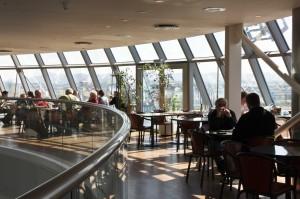Vom Caf'e/Selbstbedienungsrestaurant aus kann man auf die Platform gehen, auf der man 360-Grad um die Perlen herumlaufen kann. ©Sabine Burger, Alexander Schwarz, IMG_4296__2009-07-10_13-06-35_aA