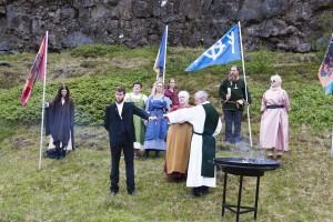 Der Hochgode Hilmar Örn Hilmarsson weiht während einer Blót-Feier in Þingvellir einen neuen Goten ein. ©Sabine Burger, Alexander Schwarz, 2011-06-23__MG_1401_00119