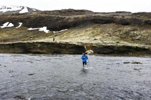 Gletscherwasser ist auch im Sommer eis- und eiskalt. Am Sichersten meistert man die Flussüberquerung mit Wanderstab und Badeschlappen oder Wasserschuhen. ©Björn Kozempel, 2012-06-05_IMG_8516_00002
