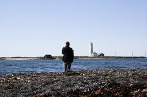 Der deutsche Autor Finn-Ole Heinrich in Seltjarnarnes vor dem Leuchturm auf der Insel Grótta. ©Björn Kozempel, 2012-07-16_IMG_9175_00001