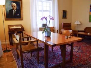 Tisch und Stühle an denen Michael Gorbatschow und Ronald Reagan das Ende des Kalten Krieges eingeläutet haben. ©Sabine Burger, Alexander Schwarz, Island - Iceland 2008 03