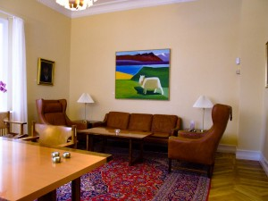 Im Verhandlungszimmer hängt ein Gemälde der früheren Bewohnerin und Künsterin Louisa Matthíasdóttir. ©Sabine Burger, Alexander Schwarz
