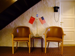 Es ist nicht überliefert, ob sich Gorbatschow iund Reagan auch vor der Toilette im Untergeschoss zu Verhandlungen gegenübersaßen. ©Sabine Burger, Alexander Schwarz, Island - Iceland 2008 03