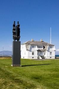 """Die Skulptur mit den stilisierten Hochsitzpfähle """"Öndvegissúlur"""" von Sigurjón Ólafsson, ©Sabine Burger, Alexander Schwarz, IMG_5238__2009-07-13_16-17-22_aA"""
