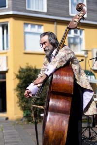 Ein Mitglied des Sinfonieorchesters verzückt Vorbeigänger. ©Sabine Burger, Alexander Schwarz, 2011-08-20__MG_6837_00036