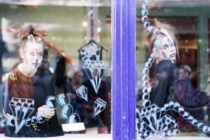 Während der Menningarnótt verwandeln sich Reykjavíker Schaufenster in Performance-Orte. ©Sabine Burger, Alexander Schwarz, 2011-08-20__MG_7645_00154