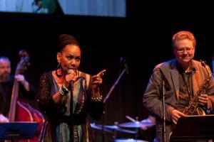 Eine begandete Sängerin und Unterhalterin: Deborah Davis auf dem Reykjavik Jazz Festival 2012, ©Sabine Burger, Alexander Schwarz, 2012-08-20__MG_1000_00003