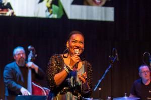 Gute Laune: Deborah Davis singt und freut sich. ©Sabine Burger, Alexander Schwarz, 2012-08-20__MG_1061_00041