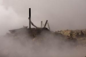 Durch Erdbeben können sich auch geothermale Felder verändern. Und so steht dieser Steg etwas verloren und unnütz in der heißwasserspeienden Landschaft. ©Sabine Burger, Alexander Schwarz, 2012-06-21__MG_5250_00042
