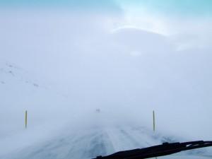 Bei Temperaturen unter Null und Schneegestöber bei kräftigem Wind hilft auch Schneeräumen nicht mehr, nur noch Vor- und Voraussicht. Eine nicht unübliche Aussicht durch die Windschutzscheibe im Winter. ©Sabine Burger, Alexander Schwarz, Island - Iceland 2008 03