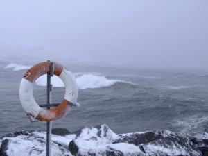 Mit etwas Glück, kann man den Rettungsring bei heftigem Gegenwind gerade mal über das Steinufer werfen, aber ob das genug wäre ... ©Sabine Burger, Alexander Schwarz, Island - Iceland 2008 03