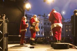 Weihnachtsmänner am 1. Advent vor dem vollen Austurvöllur, ©Sabne Burger, Alexander Schwarz, IMG_0987__2009-11-29_18-38-43_aA