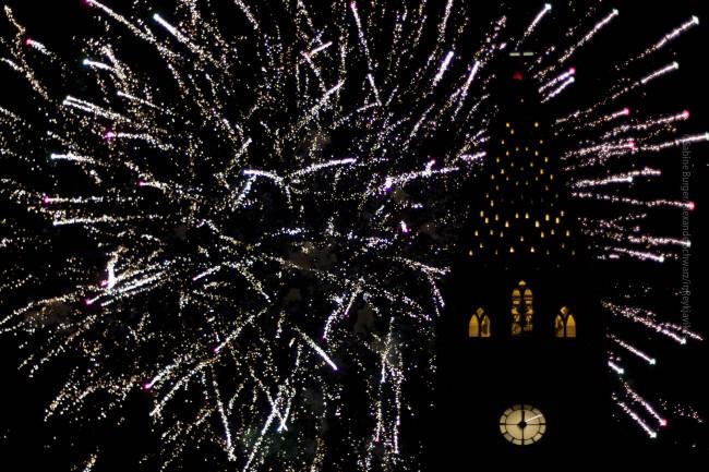 Feuerwerk ins Jahr 2013 bei der Hallgrimskrikja in der Innenstadt Reykjavíks, ©Sabine Burger, Alexander Schwarz, 2013-01-01__MG_7780_00071
