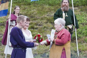 Bei der eigentlichen Trauung halten das Brautpaar un die Godin den Schwurring aus Kupfer. ©Sabine Burger, Alexander Schwarz, 2011-06-23__MG_1329_00047