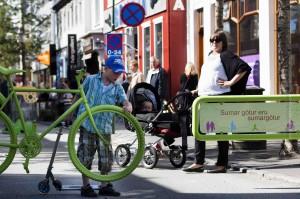 Im Sommer wird die Laugarvegur und Skólavörðurstígur teilweise zur Fußgängerzone – inklusive Wink mit Zaunpfahl. ©Sabine Burger, Alexander Schwarz, 2012-07-24__MG_8653_00053