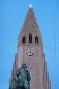 Die Hallgrímskirkja mit Leifur Eiriksson, taghell mitten in der Sommernacht, ©Sabine Burger, Alexander Schwarz, 2011-06-16__MG_0974_00239