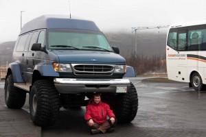 Stadtwägelchen (man beachte die Reifengröße des Busses zur rechten), ©Sabine Burger, Alexander Schwarz, 2011-04-09_IMG_9011_00080_1
