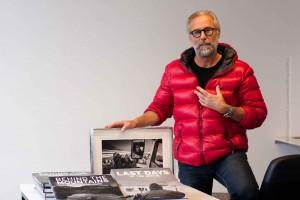Ragnar Axelsson (Rax) mit seinen beiden aktuellen Büchern udn einem Abzug für die Ausstelliung in der Harpa. ©Sabine Burger, Alexander Schwarz, 2013-08-22__MG_0394_00002