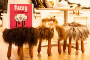 Der Fuzzy-Hocker mit Schafswolle, ©Sabine Burger, Alexander Schwarz, 2013-12-13__MG_0564_00001