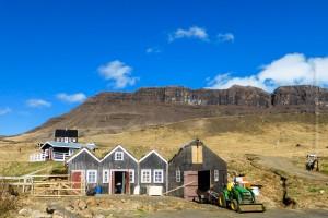 Direkt über dem Hotel-Testaurant-Gebäude befinden sich Teilde des Bauernhofs und Holzhütten für Güaste. ©Sabine Burger, Alexander Schwarz, 2014-05-07_P1040339_00011
