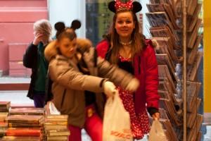 Erst ein Lied, dann gibts auch Süßigkeiten – Kinder in der Buchhandlung Eymundsson freuen sich auf ihre Lutscher. ©Sabine Burger, Alexander Schwarz, 2013-02-13__MG_8705_00011