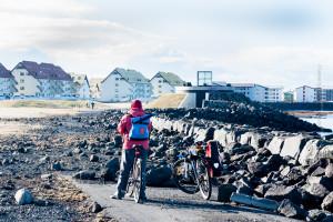 Fahrradweg nach einem Sturm: Das Meer hat Steinbrocken aus dem Damm in Reykjavík auf die Straße gespült. ©Sabine Burger, Alexander Schwarz, 2012-03-15__MG_3871_00007