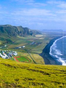Vík í Mýrdal an einem ruhigen, sonnigen Tag im September 2006, lange bvor die Wellenbrecher ins Meer gelassen wurden. ©Sabine Burger, Alexander Schwarz, Island - Iceland 2006 09